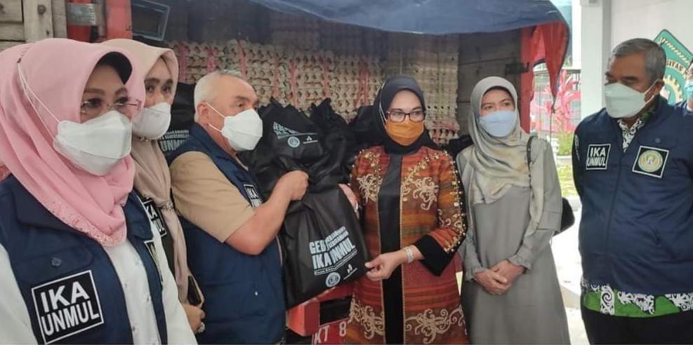 Gubernur Kaltim, Isran Noor sekaligus Ketua IKA Unmul saat menyerahkan paket sembako secara simbolik.