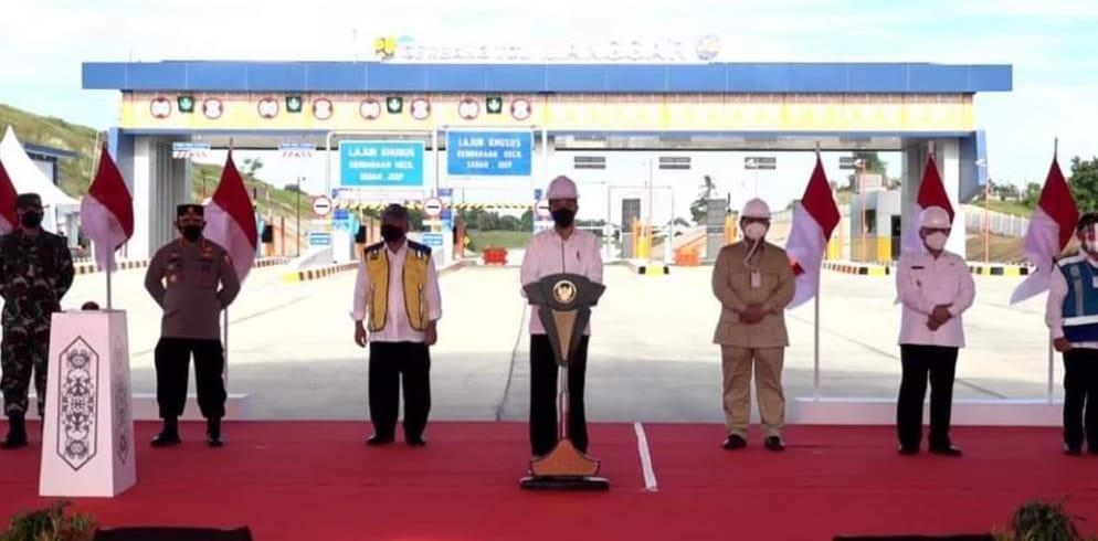 Presiden Jokowi saat meresmikan Jalan Tol Balsam.