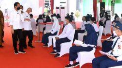 Presiden Jokowi didampingi Gubernur Kaltim, Isran Noor, Kapolri dan Wali Kota Samarinda, Andi Harun saat meninjau vaksinasi massal untuk siswa SMP 22 Samarinda.