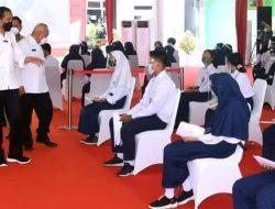 Jokowi Tinjau Vaksinasi Massal di SMP 22 Samarinda, Janjikan Stok Vaksin di Kaltim