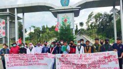 Mahasiswa Cipayung saat melakukan unjuk rasa di depan Gerbang masuk Unmul Samarinda.
